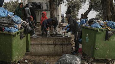 Le point d'eau près des poubelles, au camp de réfugiés de Moria, Lesbos