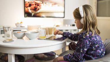 Mettre des enfants tôt le matin devant un écran favoriserait les troubles du langage.