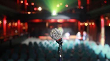 Un one-woman show se joue devant une salle de théâtre vide...