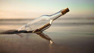 Un Américain ramassant du bois sur une plage en Alaska a trouvé une bouteille contenant un message écrit il y a un demi-siècle par un marin russe