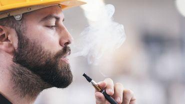 Vapotage: les autorités américaines pensent avoir percé le mystère des maladies pulmonaires.