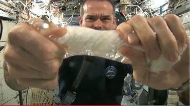 Tordre un linge mouillé dans l'espace, une expérience à découvrir