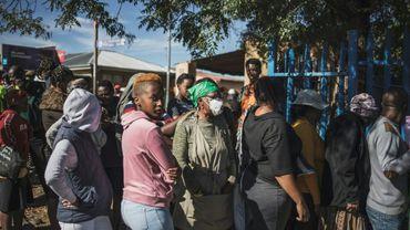 Des Sud-Africains font la queue lors d'une opération de distribution de nourriture à Soweto, dans la banlieue de Johannesburg, le 17 avril 2020.