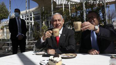 Le Premier ministre israelien Benjamin Netanyahu (à gauche) et le maire de Jérusalem Moshe Lion visitent un restaurant nouvellement rouvert à Jérusalem le 7 mars 2021.