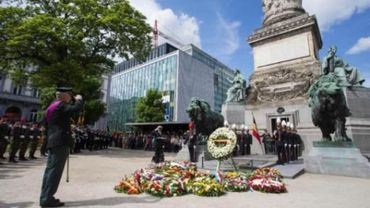 La tombe du soldat inconnu fleurie par le Roi pour commémorer la fin de la guerre