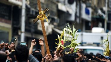 Des Egyptiens brandissent des croix et des rameaux le 9 avril 2017 devant le patriarcat copte à Alexandrie, où un attentat antichrétien a fait 17 morts