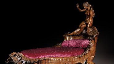 """Ce bateau-lit datant de la deuxième moitié du XIXe siècle avait trouvé sa place dans le célèbre bordel du 6 rue des Moulins, """"La Fleur Blanche"""", fréquenté par la haute société internationale"""
