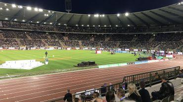 Un des grands projecteurs du stade Roi Baudoin reste éteint, mais les groupes électrogènes et les mesures prises permettent au Mémorial de se dérouler sans encombre.