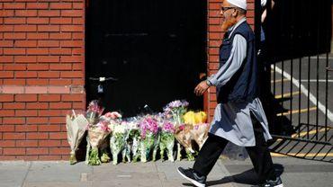 Des fleurs déposées devant la mosquée de Finsbury Park après une attaque contre des piétons fauchés par un véhicule, le 19 juin 2017 à Londres