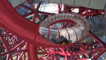 Une maquette du toboggan en haut de la Tour Orbit