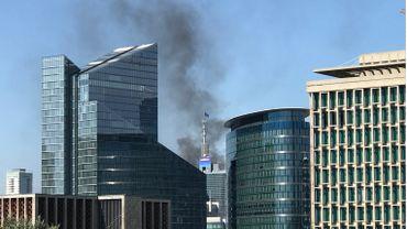 Incendie en cours sur le toit de l'une des tours WTC à Bruxelles
