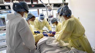 Personnel soignant au chevet d'un malade du covid 19 à l'hôpital de Bonheiden, en province d'Anvers