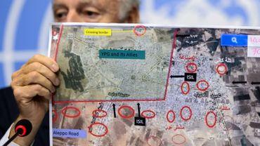 Staffan de Mistura, envoyé spécial de l'ONU en Syrie, montre une carte de Kobané, la ville kurde située sous la frontière turque et assiégée par les jihadistes du groupe EI