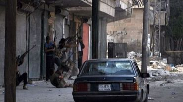 Des rebelles syriens prennent position dans une rue du quartier de Salaheddine, le 29 juillet 2012 à Alep