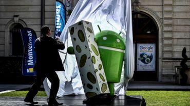 Le robot de plastique vert, de 1,98 mètre de haut pour 110 kilogrammes, étreignant une barre de nougat, a été installé sur le parvis de la mairie de Montélimar
