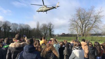 Un hélicoptère se pose à côté de la cour de l'Institut Saint-Joseph à La Louvière.