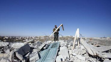 Un Palestinien rassemble les débris de sa maison détruite par l'armée, près de Hébron. Le bâtiment, comme pratiquement tous les projets de construction palestiniens, n'avait pas reçu de permis de bâtir.