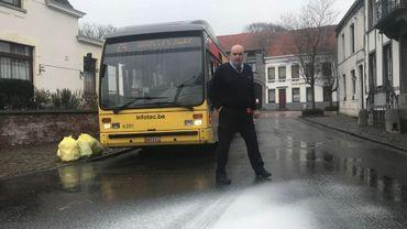 Pierre-Yves et le verglas devant son bus articulé arrêté à Feluy