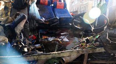Photo fournie par l'agence syrienne Sana montrant les débris du car après son explosion au coeur de Damas, le 1er février 2015