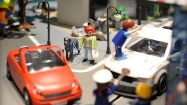 Voitures et figurines Playmobil présentées le 19 novembre 2013 dans les locaux de l'usine à Dietenhofen en Allemagne