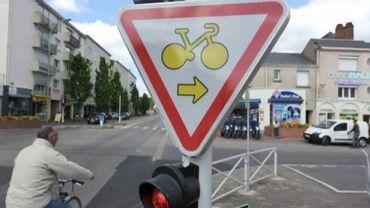 Depuis l'automne 2013, 200 panneaux de signalisation ont été installés à certains carrefours bruxellois.