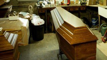 Pour passer la frontière, les pompes funèbres françaises sont obligées de plomber le cercueil avec du zinc.