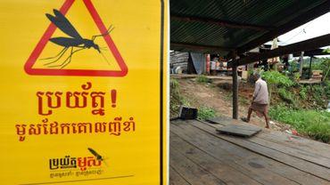 Des villageois accrochent des panneaux d'avertissement sur les moustiques à 350 km au nord de Phnom Penh, au Cambodge, le 5 juillet 2012