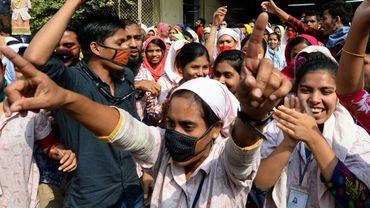 Des ouveirs du textile au Bangladesh manifestent pour des hausses de salaires, le 10 janvier 2019 à Dacca