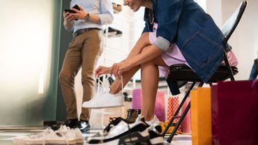 Les sneakers sont de plus en plus populaires auprès de la gent féminine.