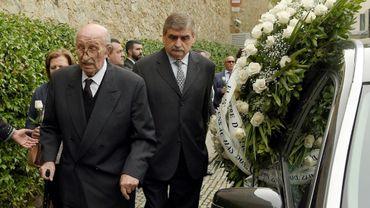 Bernabé Marti près du corbillard portant la dépouille de son épouse Montserrat Caballé lors des funérailles à Barcelone le 8 octobre 2018