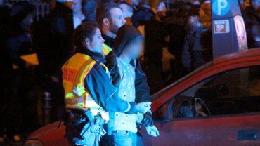 Arrestation d'une personne présentée comme «un migrant» lors de la nuit de la Saint-sylvestre sur la place de la gare à Cologne.