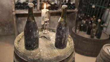 Une bouteille de Vin Jaune du Jura, datée de 1774, a été adjugée 103.700 euros.