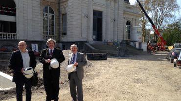 De droite à gauche, l'échevin J.-P. Hupkens, V. Pomarède (Le Louvre) et J.-M. Gay (Musées de Liège ).