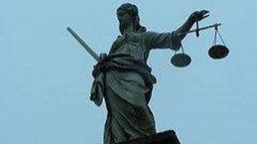 Le procureur du Roi du Luxembourg, Damien Dillenbourg, a intenté une action en justice contre CSJ et sa présidente, et contre l'Etat belge.