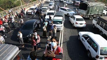Des protestataires bloquent un pont avec leurs voitures à Rangoun le 17 février 2021