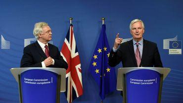 Le négociateur européen Michel Barnier (d) et le ministre britannique du Brexit, David Davis (g), le 19 juin 2017 à Bruxelles lors du lancement des négociations