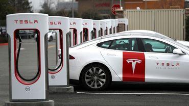 """Une voiture Tesla fait le """"plein"""" d'électricité le 30 janvier 2019 à Petaluma (Californie)"""