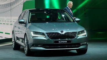 Le patron de Skoda Auto Winfried Vahland présente le modèle Superb au Salon de Genève le 2 mars 2015