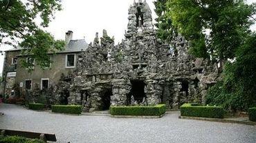 A la belle saison, les nombreux touristes qui viennent visiter la grotte de Saint-Antoine de Padoue se garent un peu n'importe où...