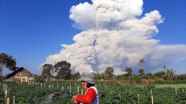 Images saisissantes de volcans en éruption en Indonésie : de la fumée et des cendres à 5km de haut