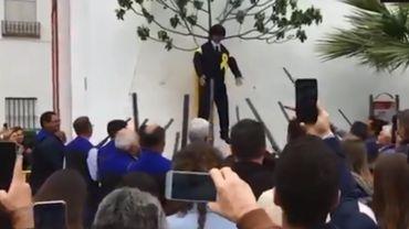Des dizaines d'hommes ont fusillé une poupée à l'effigie de l'indépendantiste catalan