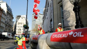 Des manifestants dénoncent l'oléoduc Trans Mountain devant l'ambassade du Canada à Londres, le 18 avril 2018