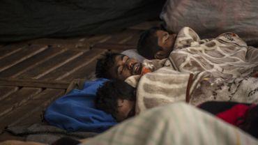 Des migrants dorment sur un bâteau au large de la Libye