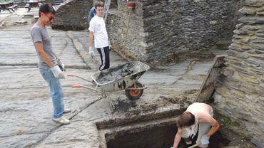 La Roche-Des compagnons restaurent le château.