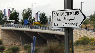 Un panneau indiquant le chemin de l'ambassade à Jérusalem