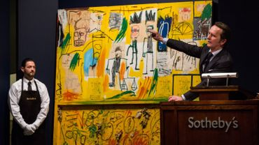 """L'œuvre de Jean-Michel Basquiat intitulée """"Untitled (Jaune de goudron et plumes)"""" mise à prix à $25.925.000 lors d'une enchères chez Sotheby, le 13 novembre 2013, à New York"""