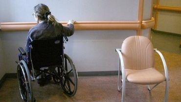 Une patiente en géronto-psychatrie est photographiée le 10 février 2007 dans l'hôpital Sainte-Anne à Paris.