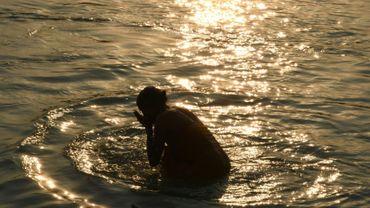 Une femme prie dans les eaux du Gange, à Haridwar le 30 octobre 2016. L'eau stockée dans le sous-sol de la partie supérieure du bassin du fleuve sacré pourrait être épuisée entre 2040 et 2060