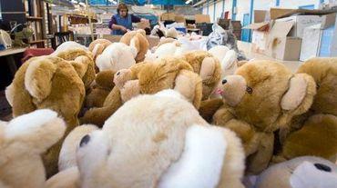Des ours en peluche dans un atelier du fabricant  Blanchet Peluches de France, le 11 décembre 2013 à Saint-Marcel (Indre)