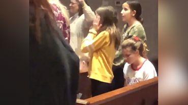 Elle danse la macarena pendant la messe